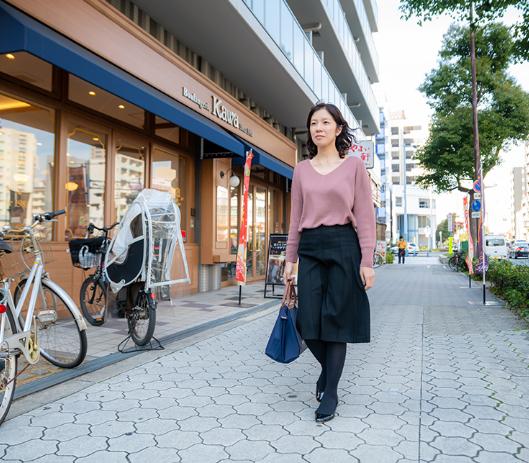 写真:お気に入りのパン屋さんの前を歩く