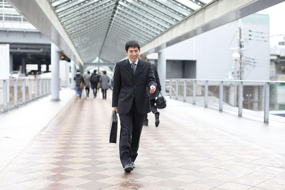 写真:新大阪のデッキを歩く